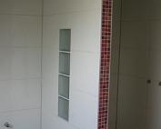 Fliesen weiß mit farbigem Mosaik